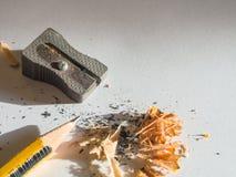 Schwarzer und gelber Bleistift- und Metallbleistiftspitzer Stockfotografie