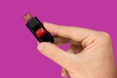 Schwarzer und roter USB-Flash-Speicher in der Hand Stockbild