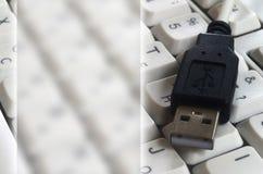 Schwarzer USB-Input auf der weißen klassischen Computertastatur mit englischem und russischem Plan mit Kopienraumfeld stockbilder