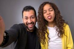 Schwarzer Vater, der selfies mit seiner Tochter nimmt Lizenzfreie Stockbilder
