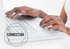 Schwarzer Verbindungstext und -graphik gegen Hände auf Laptop Lizenzfreies Stockfoto