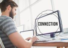 Schwarzer Verbindungstext und -graphik gegen Mann am Computer Stockfoto