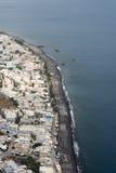 Schwarzer vulkanischer Sandstrand von Kamari, Santorini, die Kykladen, Griechenland Stockfoto