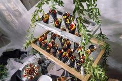 Schwarzer Waffelkegel mit Beeren Schöne Auslegung Lizenzfreie Stockbilder
