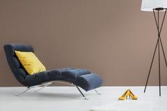Schwarzer Wagenaufenthaltsraum mit gelbem Kissen lizenzfreie stockbilder
