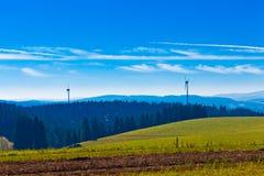 Schwarzer Waldlandschaft mit Windturbinen Stockfotografie