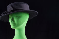 Schwarzer weiblicher Hut mit Bogen auf Mannequinkopf Lizenzfreie Stockfotos