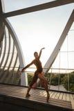 Schwarzer weiblicher Tänzer, der eine Balletthaltung macht Stockbilder