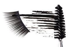 Schwarzer Wimperntuscheanschlag, Pinsel und falsche Wimpern Stockbild