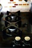 Schwarzer zeitgenössischer Ofen in der Küche Stockfotos