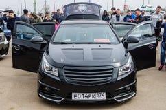 Schwarzes abgestimmtes Auto mit offenen Türen Stockbilder