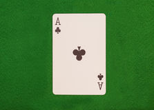 Schwarzes Ace auf grüner Tabelle Lizenzfreie Stockbilder