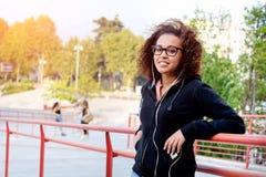 Schwarzes afroes-amerikanisch Mädchen, das Musik hört Lizenzfreies Stockfoto