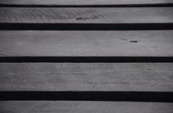 Schwarzes Anstrichholz, ein Teil der hölzernen Brücke Stockfoto