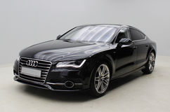 Schwarzes Audi A7 auf grauem Hintergrund Stockbilder