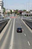 Schwarzes Auto auf leerer Stadtstraße Lizenzfreie Stockfotos