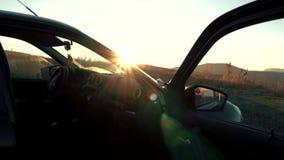Schwarzes Auto bei Sonnenuntergang