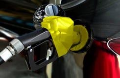 Schwarzes Auto, das Treibstoff an der Station tankt stockfoto