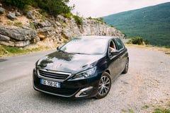 Schwarzes Auto Farbe-Peugeots 308 auf Hintergrund des französischen Berges Stockfoto