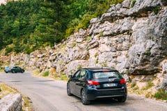 Schwarzes Auto Farbe-Peugeots 308 auf Hintergrund französischen Gebirgsna Stockfoto