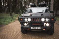 Schwarzes Auto Hummers H2, Lichter an Lizenzfreie Stockfotos