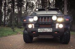 Schwarzes Auto Hummers H2, Scheinwerfer an Lizenzfreie Stockfotos