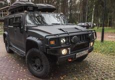 Schwarzes Auto Hummers H2 steht auf ländlichem Parken Stockfoto