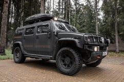 Schwarzes Auto Hummers H2 steht auf Parken Lizenzfreie Stockfotos