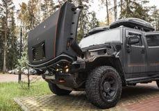 Schwarzes Auto Hummers H2 steht mit offener Haube Stockfotografie