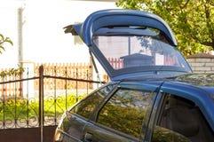 Schwarzes Auto im Land mit einem offenen Gepäckraum stockfotos
