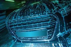 Schwarzes Auto im Schaum auf Wanne stockfotos
