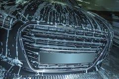 Schwarzes Auto im Schaumgummi auf Wanne stockbilder