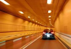 Schwarzes Auto im Tunnel Stockfoto