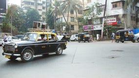 Schwarzes Auto in Indien Stockbilder