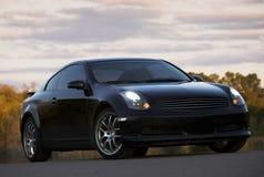 Schwarzes Auto mit seinen Scheinwerfern ein Stockfotos