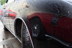 Schwarzes Auto nach dem Regen Stockfotos