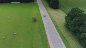 Schwarzes Auto suv Treiberfeldauto, Himmel, Weiß, Blau, Antrieb, Feld, Natur, Reise, Straße, Land, Land, Landschaft stock video
