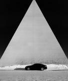 Schwarzes Auto und eine Pyramide lizenzfreies stockfoto