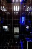 Schwarzes Badezimmer mit blauer Hintergrundbeleuchtung Stockfotografie