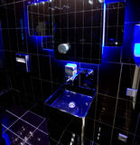 Schwarzes Badezimmer mit blauer Hintergrundbeleuchtung Stockfotos