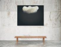 Schwarzes Bild mit weißer Wolke auf der Wand über Holzbank an Lizenzfreies Stockbild