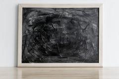 Schwarzes Brett mit Kreide rieb heraus auf hölzerner Tabelle Leerer Rahmen für Stockfoto