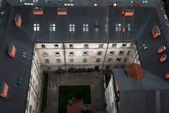 Schwarzes Dach der Stadt Hall Lviv, Draufsicht Stockfotos