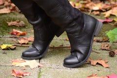 Schwarzes, die Stiefel der Frauen Stockfotografie