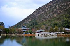 Schwarzes Dragon Pool und Jade Dragon Snow Mountain, Lijiang, Yunnan, China Heilongtan Yulong Xueshan stockfotos