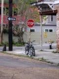 Schwarzes Fahrrad an der Ecke der Straße durch rotes Stoppschild lizenzfreie stockfotos