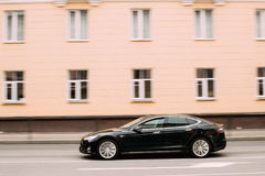 Schwarzes Farbe-Tesla-Modell S Car In Motion auf Straße Das Tesla-Modell S Lizenzfreies Stockfoto