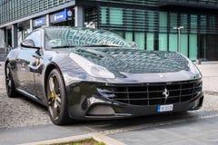 Schwarzes Ferrari FF parkte auf der Straße von Gdynia Lizenzfreies Stockfoto