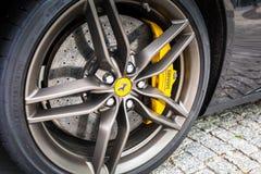 Schwarzes Ferrari FF parkte auf der Straße von Gdynia Stockbilder