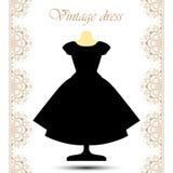 Schwarzes flaumiges Kleid der Weinlese auf Mannequin mit Linie Spitzensäume für Ikone Lizenzfreie Stockbilder